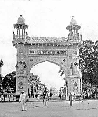 The entrance gate to the Tented City, blazoned with the words <br />'INDIA GREETS YOUR IMPERIAL MAJESTIES'