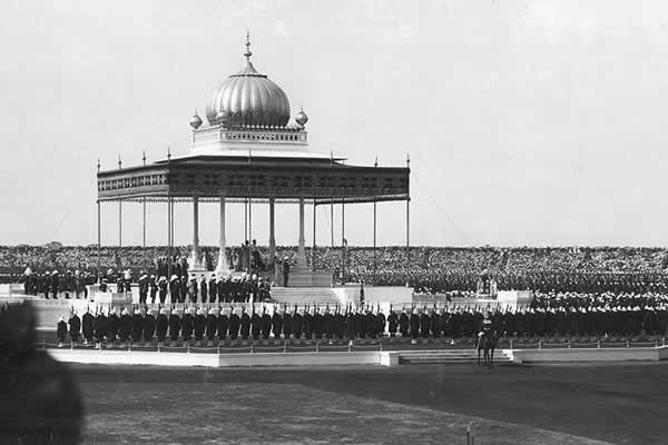 The Royal couple moved to the Royal Shamiana to be seated on gold thrones. From here King George announced the transfer of the capital from Calcutta to Delhi and the reversal of Curzon's 1903 partition of Bengal.